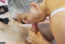 Femme retraitée baise avec un jeune, elle veut sucer cette mature