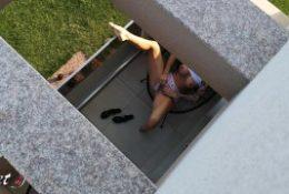 J'ai espionné ma voisine au balcon pendant sa séance de masturbation !